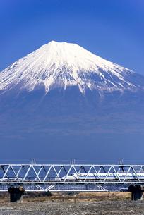 鉄橋を渡る下りの新幹線と富士山の写真素材 [FYI01495698]