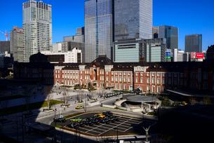 丸ビルより東京駅と高層ビル群の写真素材 [FYI01495700]