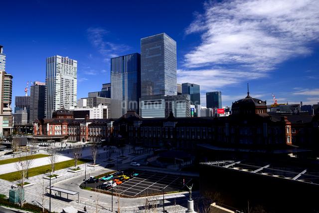 丸ビルより東京駅と高層ビル群の写真素材 [FYI01495707]