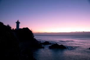 夜明けの海と安乗埼灯台の写真素材 [FYI01495714]
