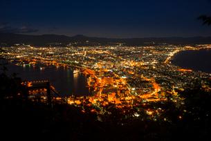 函館山より函館の街並み夜景の写真素材 [FYI01495717]