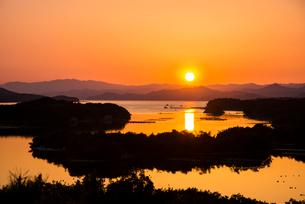 桐垣展望台より夕焼けに染まる英虞湾を望むの写真素材 [FYI01495739]