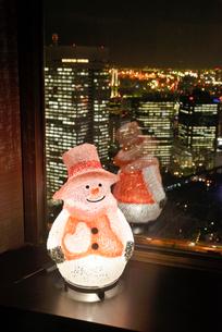 雪だるまと東京都心夜景の写真素材 [FYI01495775]