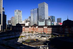 丸ビルより東京駅と高層ビル群の写真素材 [FYI01495814]
