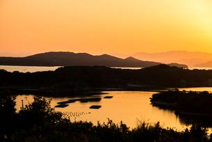 桐垣展望台より夕焼けに染まる英虞湾を望むの写真素材 [FYI01495834]