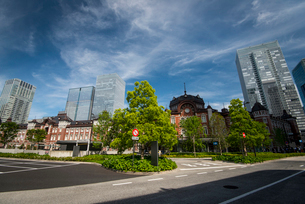 東京駅丸の内口広場と高層ビル群の写真素材 [FYI01495956]