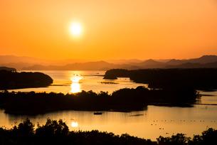 桐垣展望台より夕焼けに染まる英虞湾を望むの写真素材 [FYI01495972]