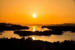 桐垣展望台より夕焼けに染まる英虞湾を望むの写真素材 [FYI01495983]