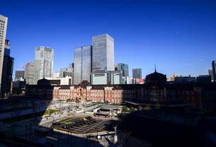丸ビルより東京駅と高層ビル群の写真素材 [FYI01495984]