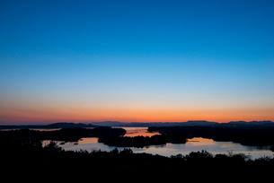 桐垣展望台より夕焼けに染まる英虞湾を望むの写真素材 [FYI01496042]