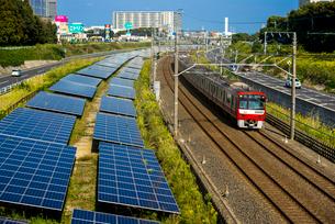 太陽光発電と北総線 京急1000形の写真素材 [FYI01496043]