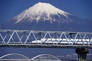 富士川橋梁を渡る下りの新幹線と富士山の写真素材 [FYI01496044]