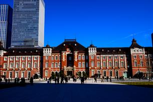 行幸通りより東京駅と高層ビル群の写真素材 [FYI01496065]