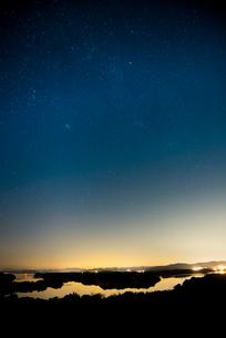 桐垣展望台より英虞湾と星空の写真素材 [FYI01496079]