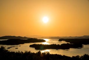桐垣展望台より夕焼けに染まる英虞湾を望むの写真素材 [FYI01496094]