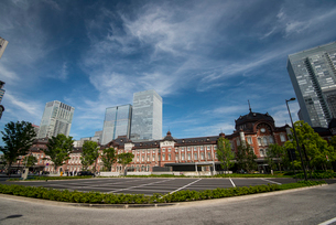東京駅丸の内口広場と高層ビル群の写真素材 [FYI01496116]