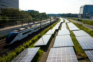 太陽光発電とスカイライナーの写真素材 [FYI01496127]