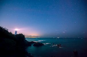 安乗埼灯台と星空の写真素材 [FYI01496133]