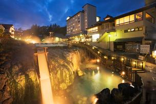 湯畑と草津温泉夜景の写真素材 [FYI01496168]
