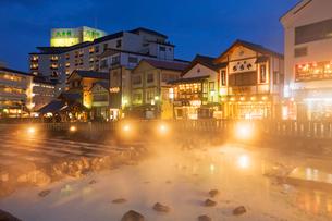 湯畑と草津温泉夜景の写真素材 [FYI01496176]