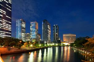 高層ビル夜景の写真素材 [FYI01496208]