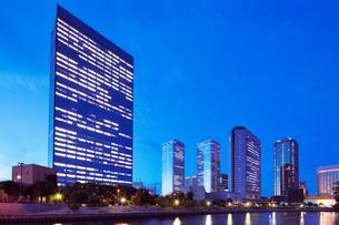 高層ビル夜景の写真素材 [FYI01496253]