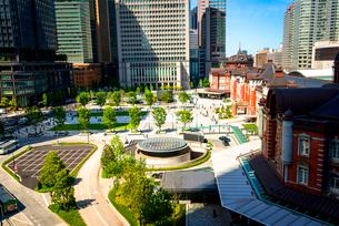 KITTEより東京駅丸の内口広場と高層ビル群の写真素材 [FYI01496338]