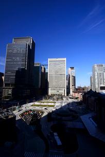 KITTEより東京駅丸の内口広場と丸の内高層ビル群の写真素材 [FYI01496411]