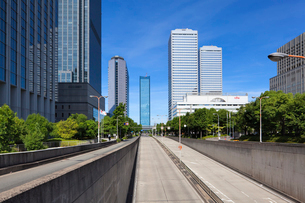 道路と高層ビルの写真素材 [FYI01496427]