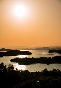 桐垣展望台より夕焼けに染まる英虞湾を望むの写真素材 [FYI01496627]