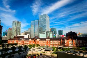 東京駅丸の内口広場と高層ビル群の写真素材 [FYI01496676]