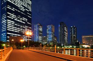 高層ビル夜景の写真素材 [FYI01496782]