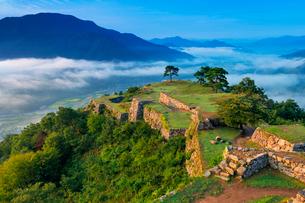朝の竹田城跡と雲海の写真素材 [FYI01496917]