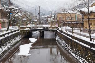 雪の城崎温泉の写真素材 [FYI01497025]