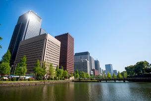 和田倉濠より大手町・丸の内高層ビルの写真素材 [FYI01497136]
