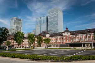 東京駅丸の内口広場と高層ビル群の写真素材 [FYI01497151]