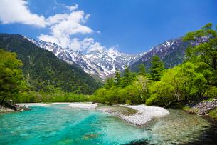 新緑と梓川と穂高連峰の写真素材 [FYI01497152]