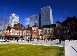 東京駅丸の内広場と高層ビル群の写真素材 [FYI01497362]