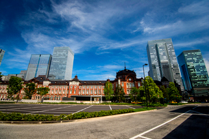 東京駅丸の内口広場と高層ビル群の写真素材 [FYI01497488]