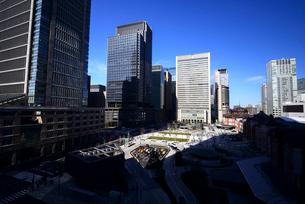 KITTEより東京駅丸の内口広場と丸の内高層ビル群の写真素材 [FYI01497533]