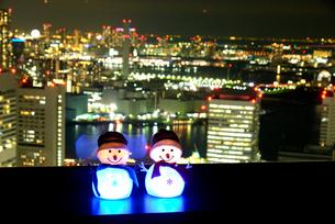 窓ぎわの雪だるまと東京夜景の写真素材 [FYI01497555]