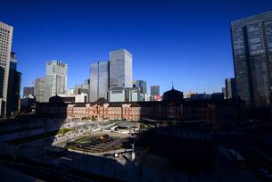 丸ビルより東京駅と高層ビル群の写真素材 [FYI01497626]