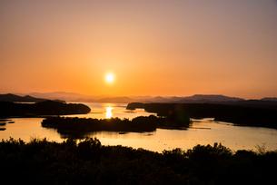 桐垣展望台より夕焼けに染まる英虞湾を望むの写真素材 [FYI01497718]
