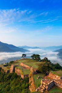 朝の竹田城跡と雲海の写真素材 [FYI01497735]