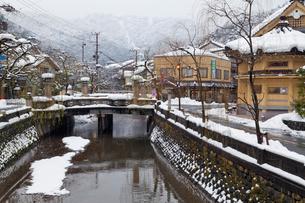 雪の城崎温泉の写真素材 [FYI01497768]