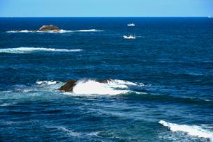 大王崎より志摩の海と漁船の写真素材 [FYI01497850]