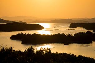 桐垣展望台より夕焼けに染まる英虞湾を望むの写真素材 [FYI01497853]