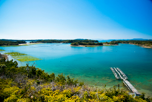 桐垣展望台付近よりコバルトブルーの英虞湾を望むの写真素材 [FYI01497941]