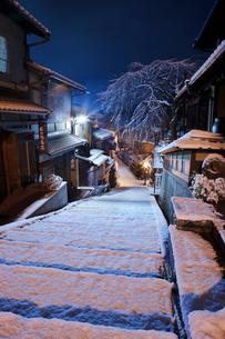 雪の産寧坂の写真素材 [FYI01498030]