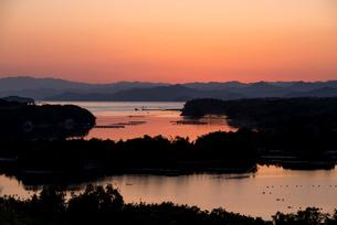 桐垣展望台より夕焼けに染まる英虞湾を望むの写真素材 [FYI01498072]